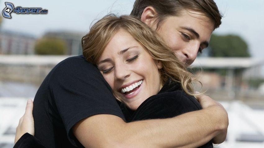 par i omfamning, lyckligt par, leende