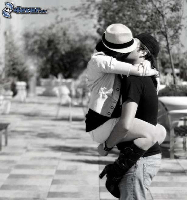 par i park, kyss, svartvitt foto