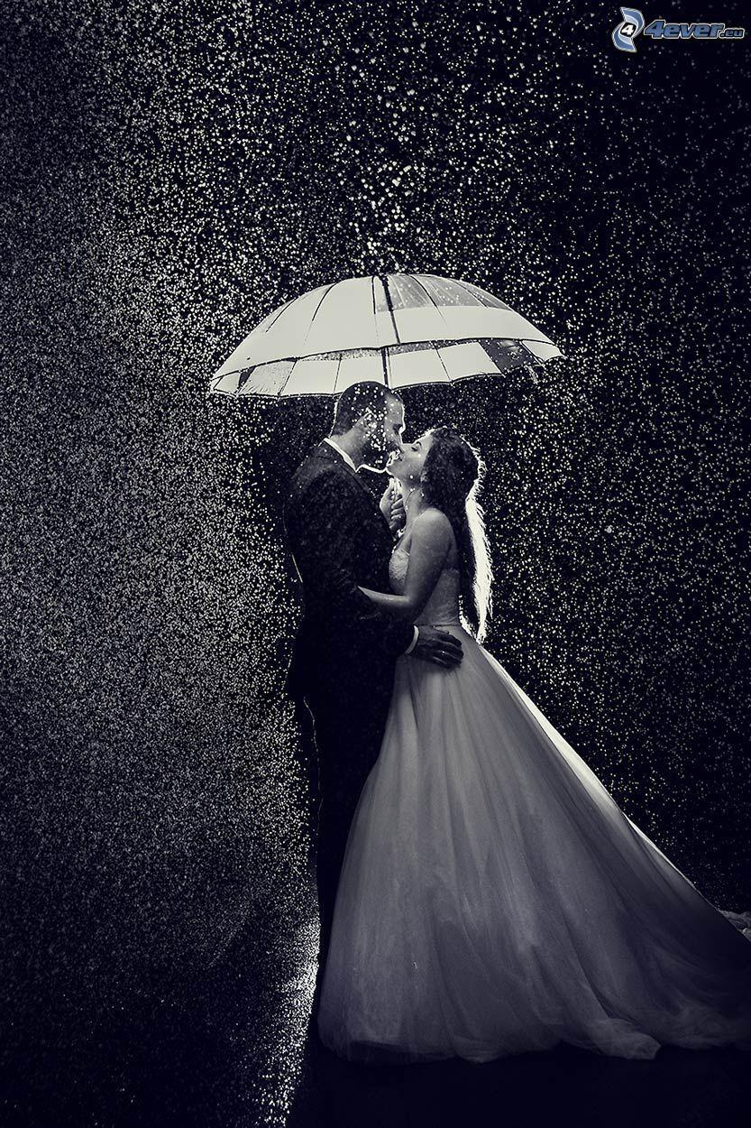 par i regn, bröllopspar, paraply, svartvitt foto