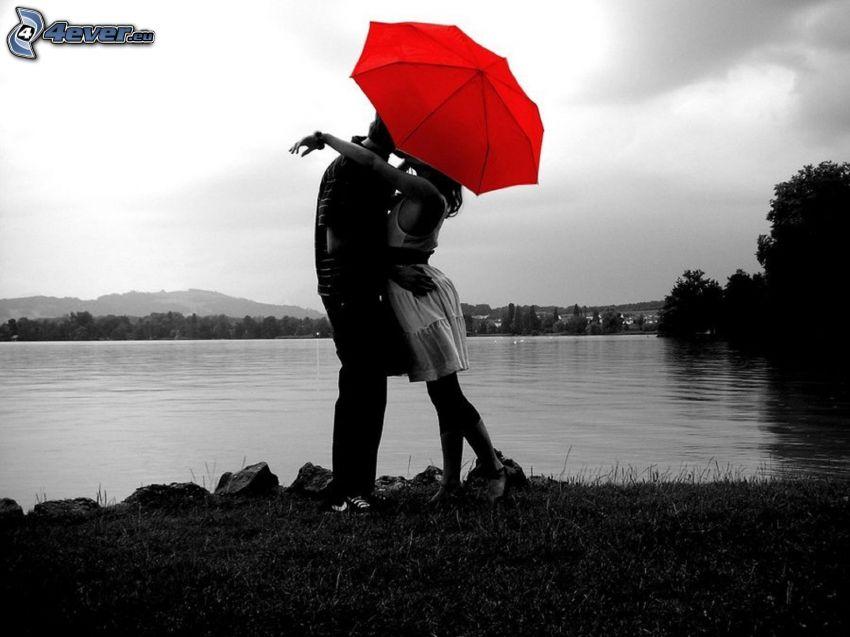 par med paraply, par vid sjö, kram, kärlek