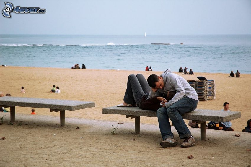 par på bänk, hav, strand
