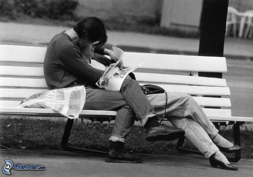 par på bänk, tidning