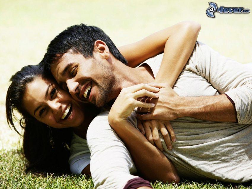 par på gräs, lycka, leende