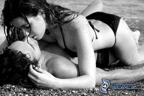 par på stranden, flyktig kyss, stenig strand