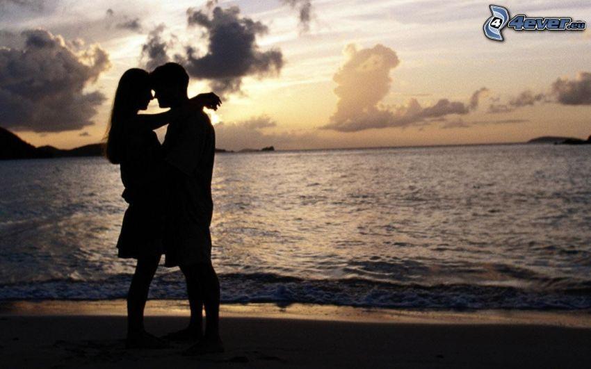 silhuett av ett par, hav