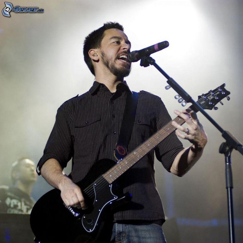 Mike Shinoda, gitarrspelare, sång, konsert