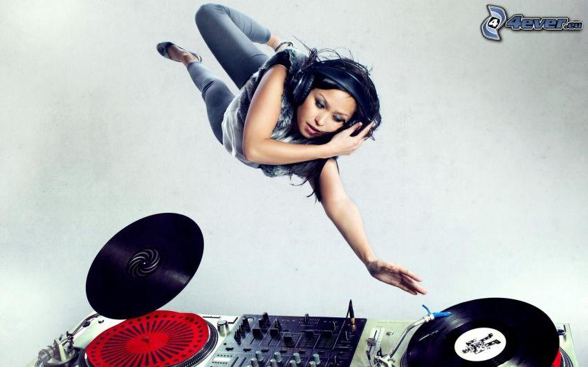 tjej med hörlurar, DJ konsol, plattor