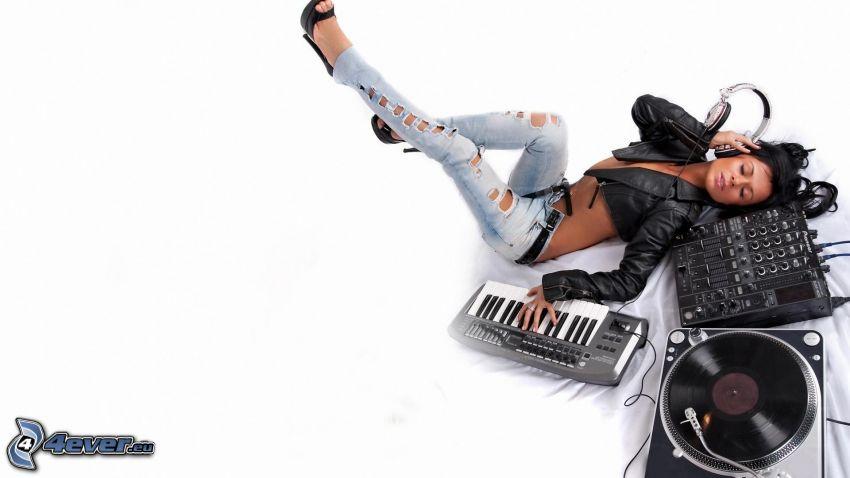 tjej med hörlurar, DJ konsol, tangenter