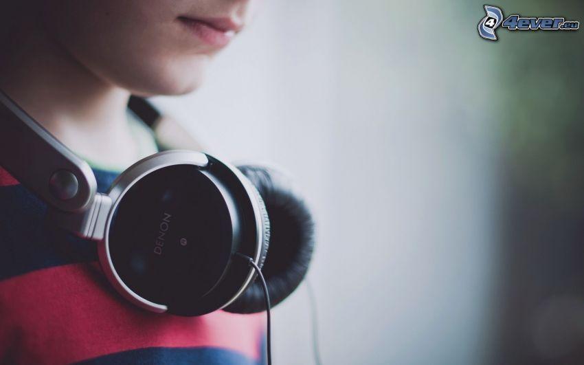 tjej med hörlurar