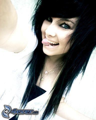 emo tjej, räcka ut tungan, leende, svart hår