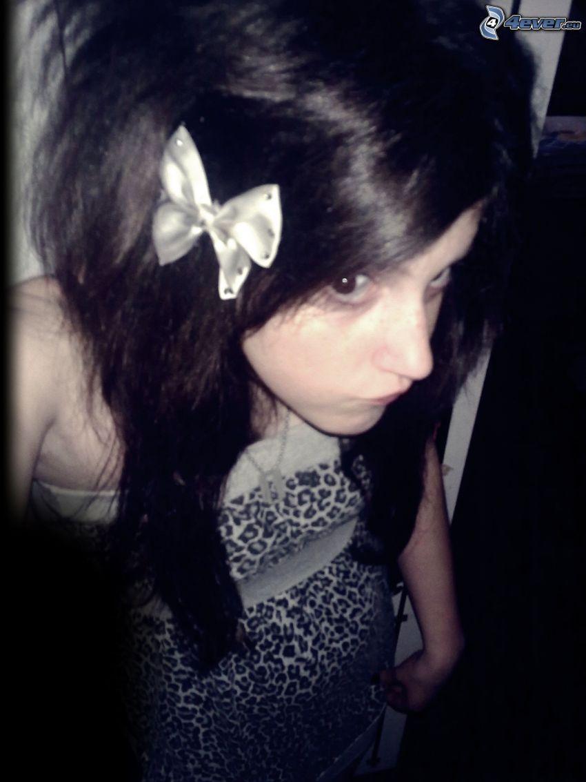 emo tjej, svart klänning, rosett