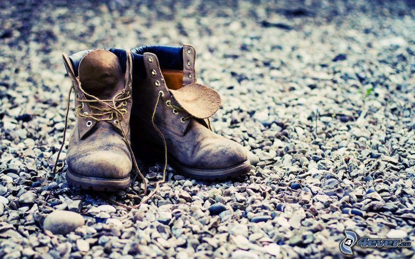 militärstövlar, skor, småsten