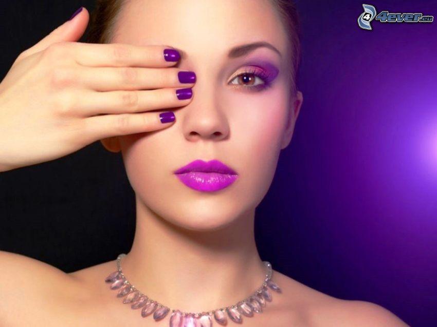 målad kvinna, målade naglar, halsband, lila läppar