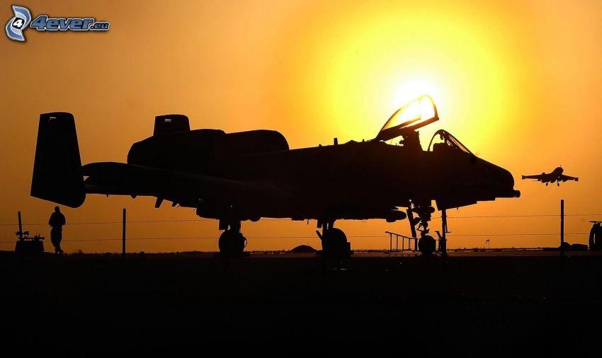 A-10 Thunderbolt II, silhuett av flygplan, solnedgång