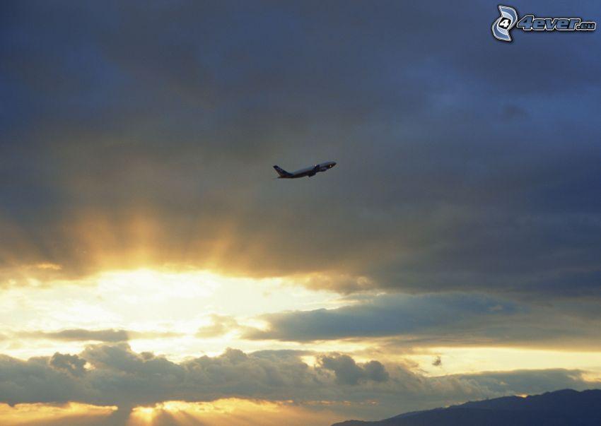flygstart vid solnedgång, moln, solstrålar