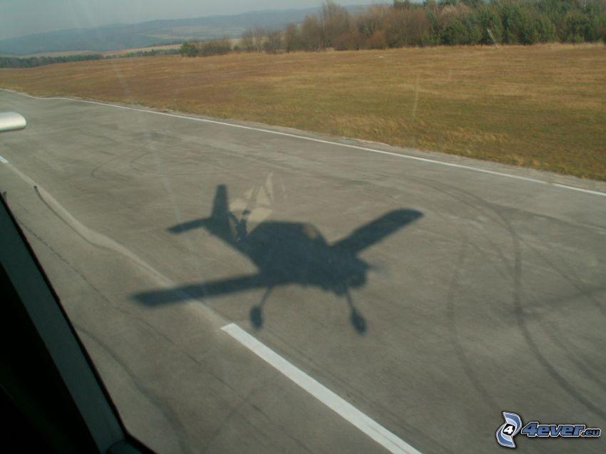 litet sportflygplan, Z-43, skugga av flygplan, flygplats, äng