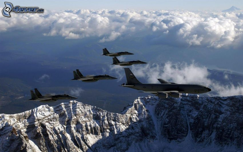 Jaktplan F-15 Eagle, snöklädda berg