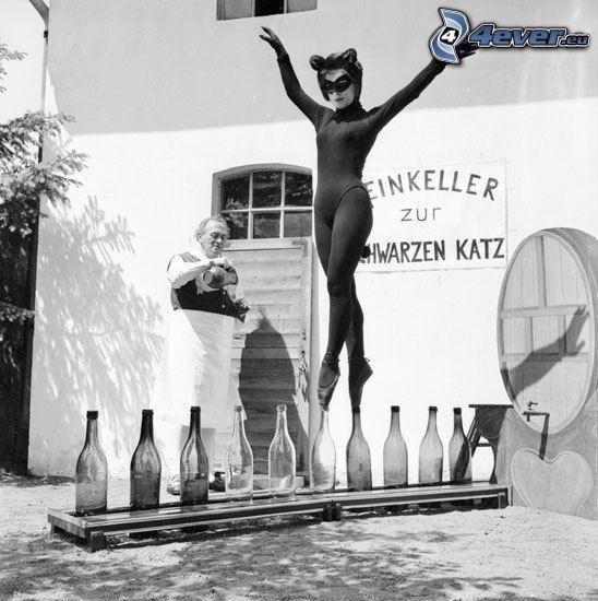 akrobatik, kvinna, flaskor, kostym, svart katt