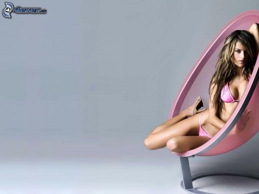 Alessandra Ambrosio, kvinna på soffa