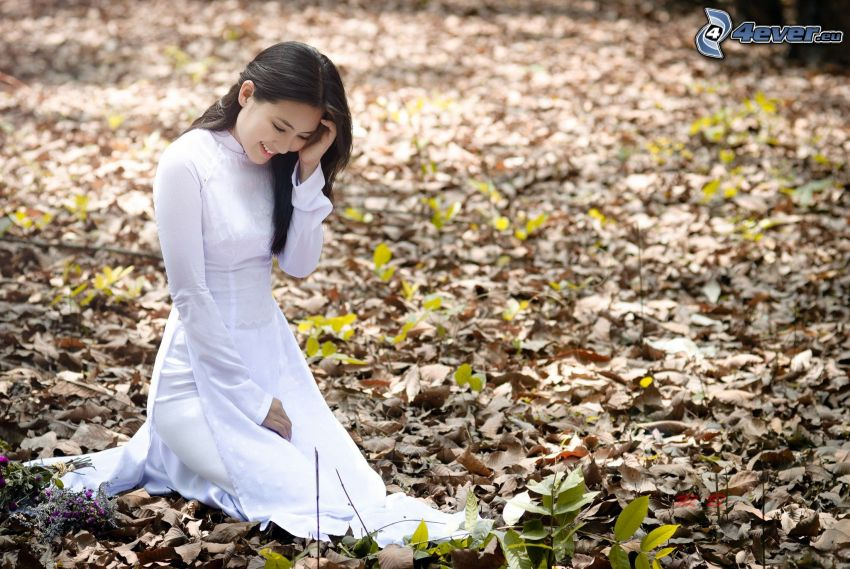 asiat, vit klänning, nedfallna löv