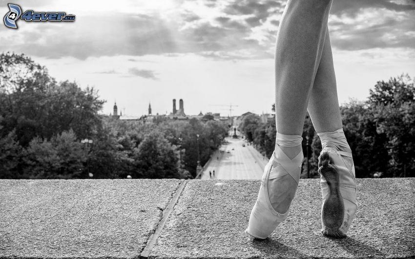balettdansös, ben, gata, svartvitt foto