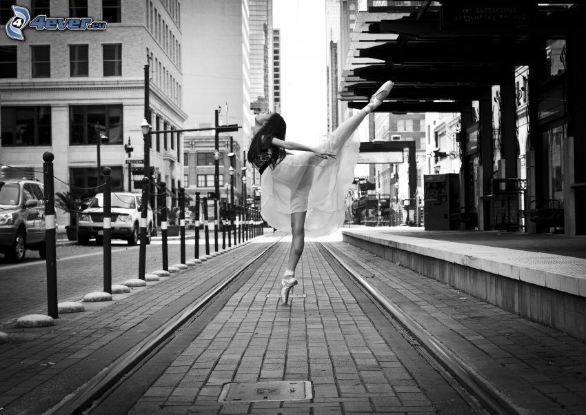 balettdansös, spårvagnsspår, gata, svartvitt foto