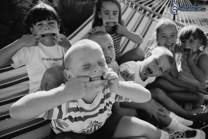 barn, grimaser, svartvitt foto