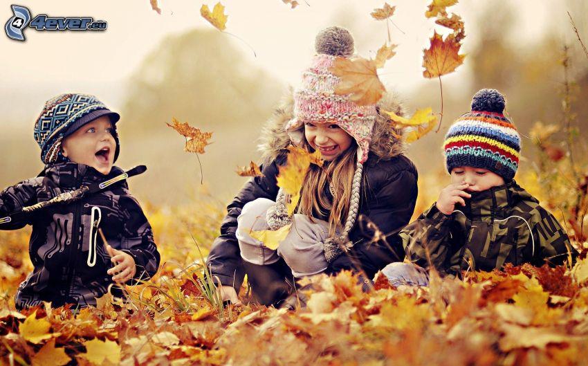 barn, nedfallna löv, spel