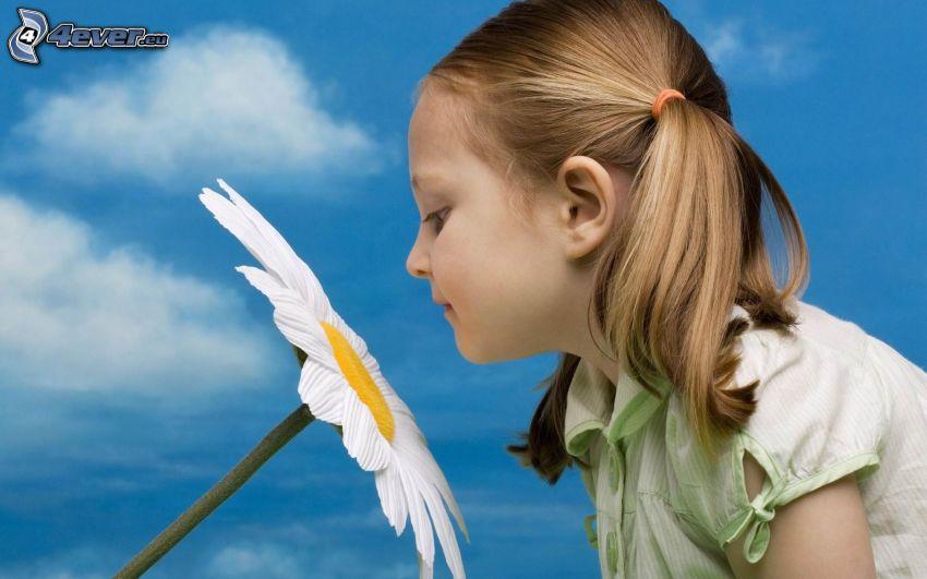 flicka, blomma, blå himmel