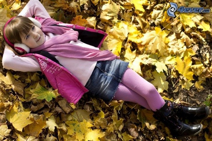 flicka, hörlurar, nedfallna löv, vila