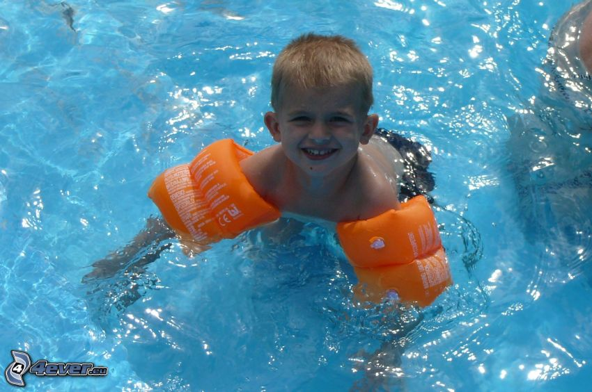 pojke i bassäng, sommar