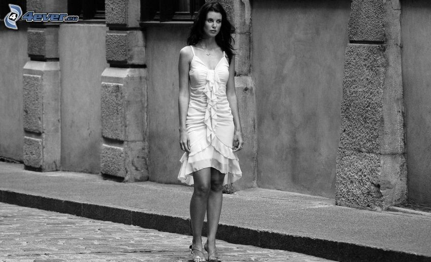 brunett, vit klänning, svartvitt foto