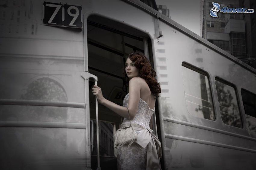 brunett, vit klänning, tåg, svartvitt foto