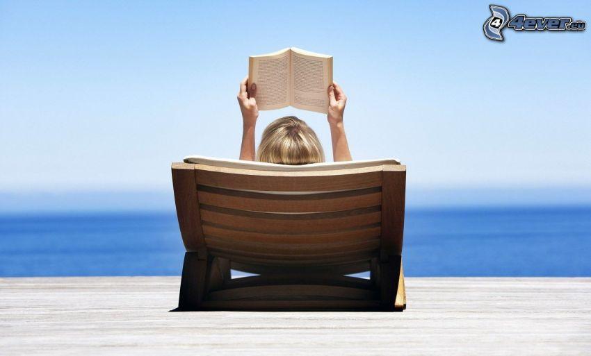 flicka med bok, hav