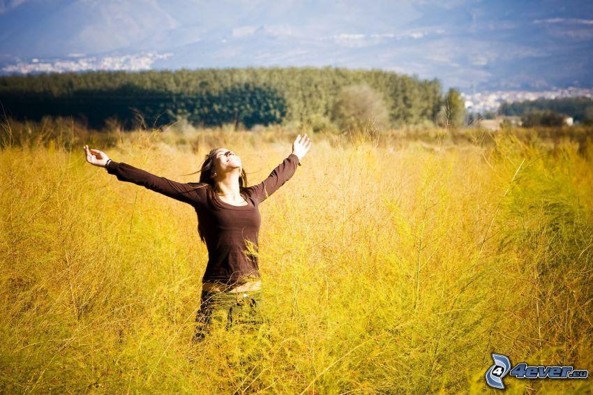 flicka på fält, glädje, frihet
