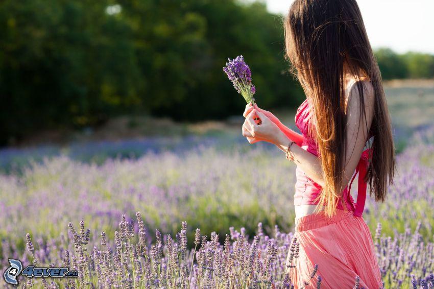 flicka på fält, lavendelfält