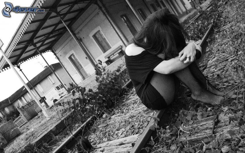 flicka på järnvägsspår, ledsen flicka, gammal järnväg