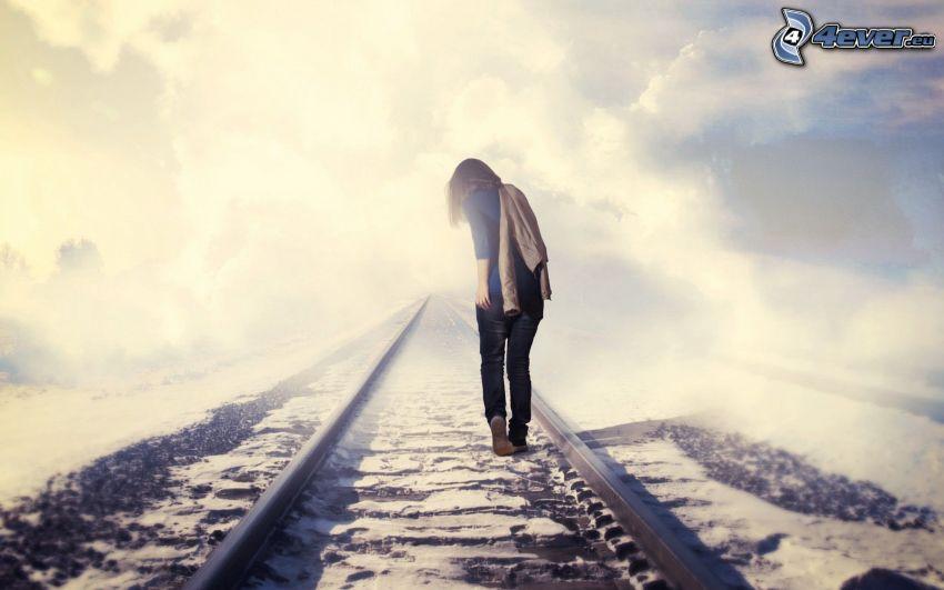 flicka på järnvägsspår