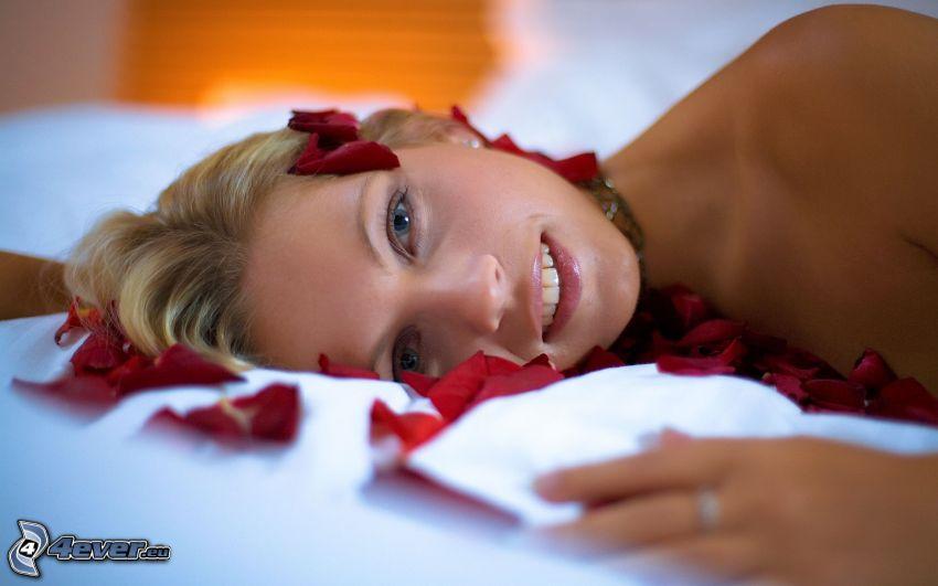 blondin i sängen, rosenblad