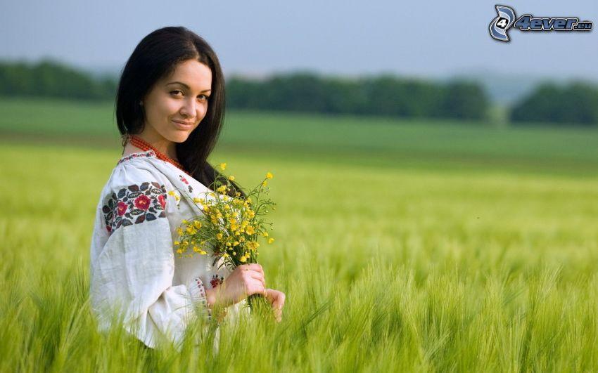 flicka på fält, folkdräkt, blommor, äng