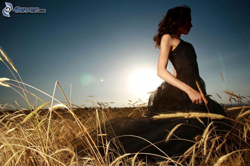flicka på fält, svart klänning