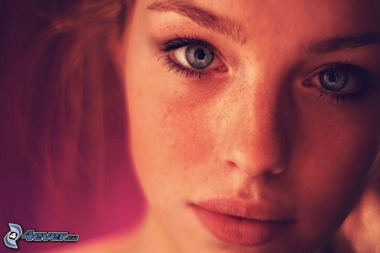 fräknig flicka, rött hår, blå ögon