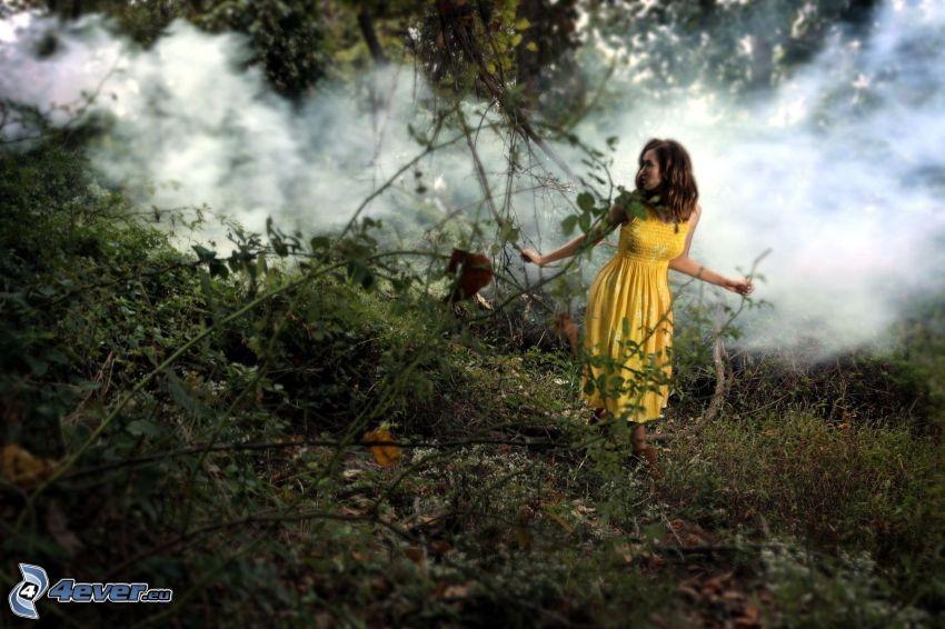 kvinna, gul klänning, rök, grönska