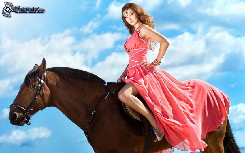 kvinna till häst, brunett, rosa klänning, brun häst