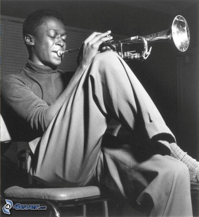 Miles Davis, trumpetspel, svartvitt foto