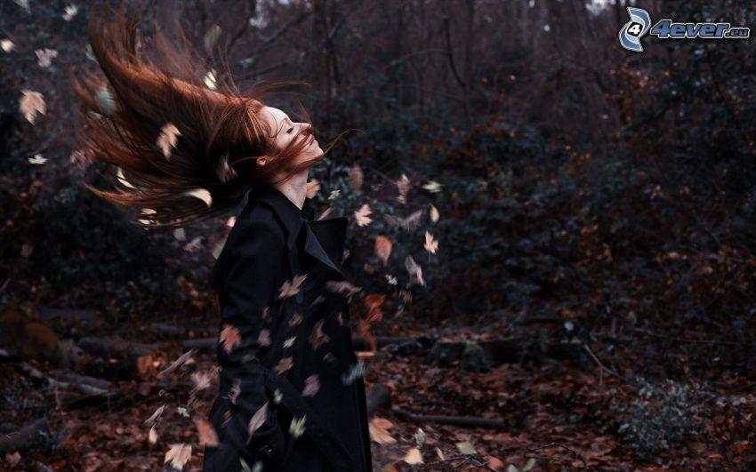 rödhårig, svajande hår, löv, skog