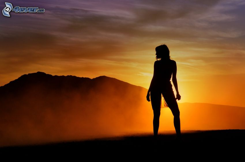 silhuett av kvinna, solnedgång, bergskedja
