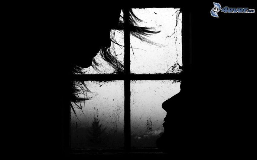 silhuett av kvinna och man, gammalt fönster