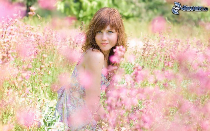 kvinna, brunett, rosa blommor