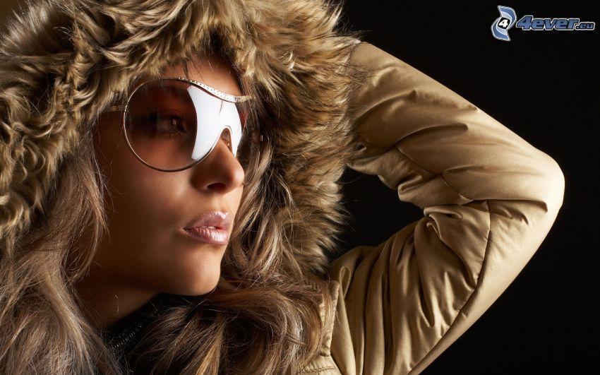 kvinna, solglasögon, huva, päls